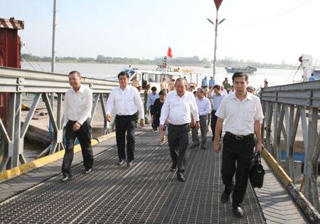 Phó Thủ tướng Trương Hòa Bình thị sát tình trạng sát sạt lở QL91