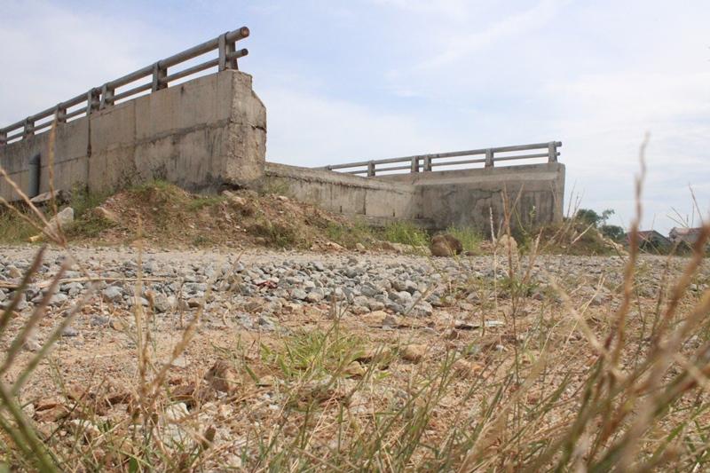 """Hà Tĩnh: Cầu 12 tỷ đồng xây xong không đường dẫn nằm """"cô đơn"""" giữa đồng"""