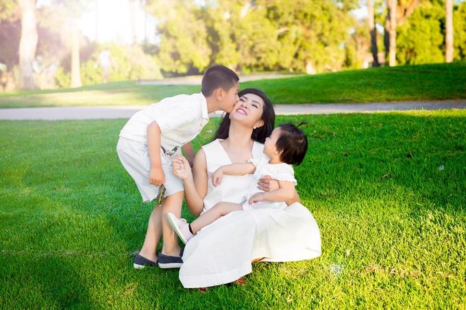 Nguyễn Hồng Nhung bên hai con ở Mỹ
