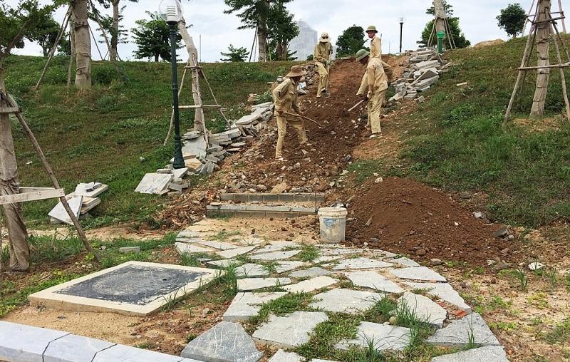 Tuyến đường dạo từ đồi cảnh quan được cho hạ cao độ, bổ sung phương án kết dính.