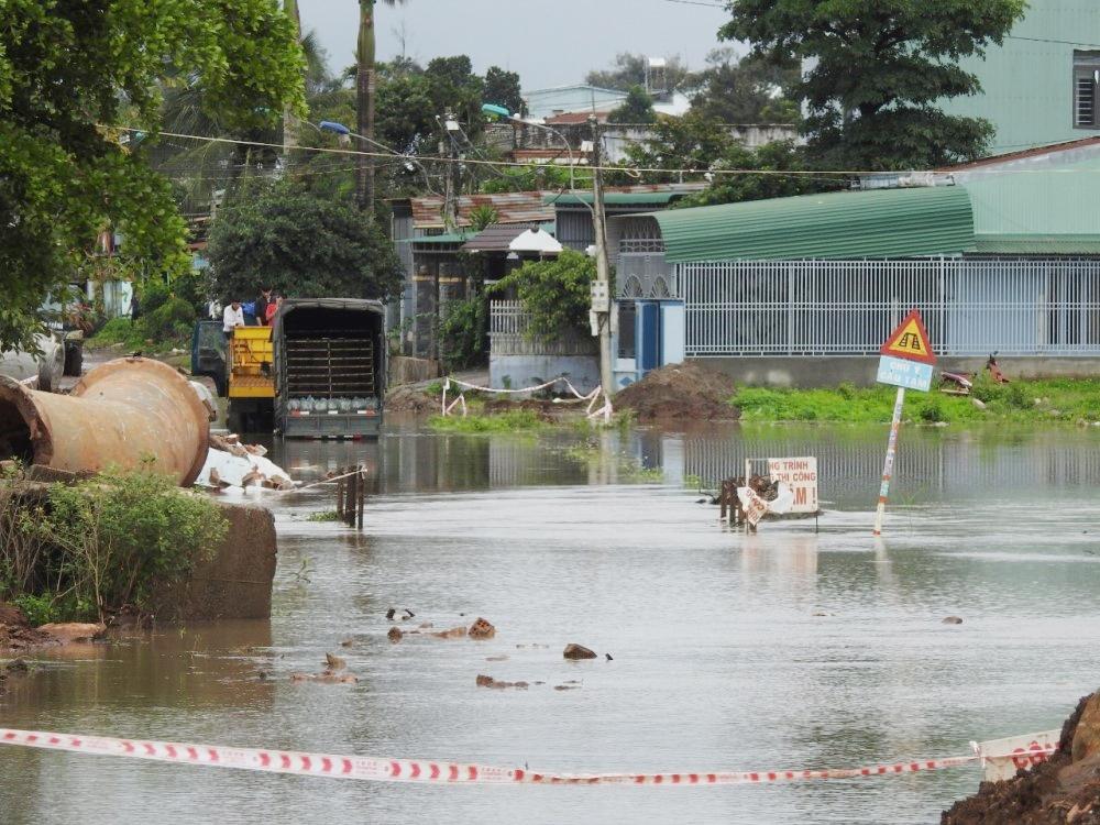 """Gia Lai: Công trình thi công thiếu biện pháp kỹ thuật, đường biến thành """"sông"""""""
