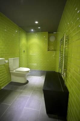 104731baoxaydung image001 Thiết kế làm mới nội thất phòng tắm bằng gam màu xanh mát