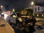 Ôtô kéo lê xe máy dưới gầm, lửa bốc ngùn ngụt trên đường Lê Văn Lương