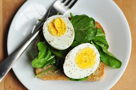 Người bị cholesterol cao có nên kiêng ăn trứng?
