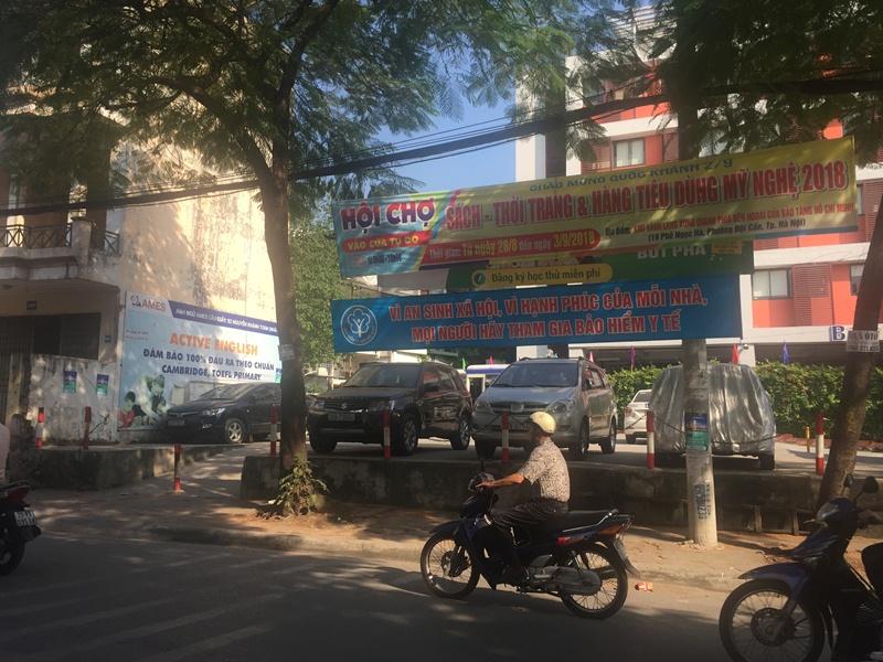 Tây Hồ (Hà Nội): Bãi gửi xe không phép trước cổng trường, trách nhiệm thuộc về ai?