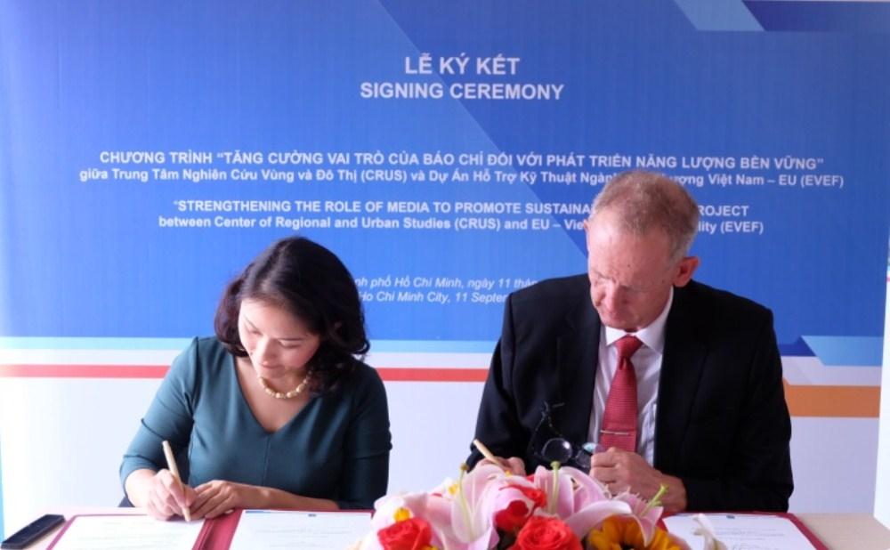 Lễ ký kết chương trình tập huấn báo chí giữa EVEF và CRUS