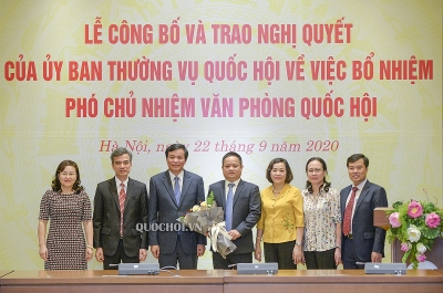 Trao Nghị quyết bổ nhiệm đồng chí Vũ Minh làm Phó chủ nhiệm Văn phòng Quốc Hội