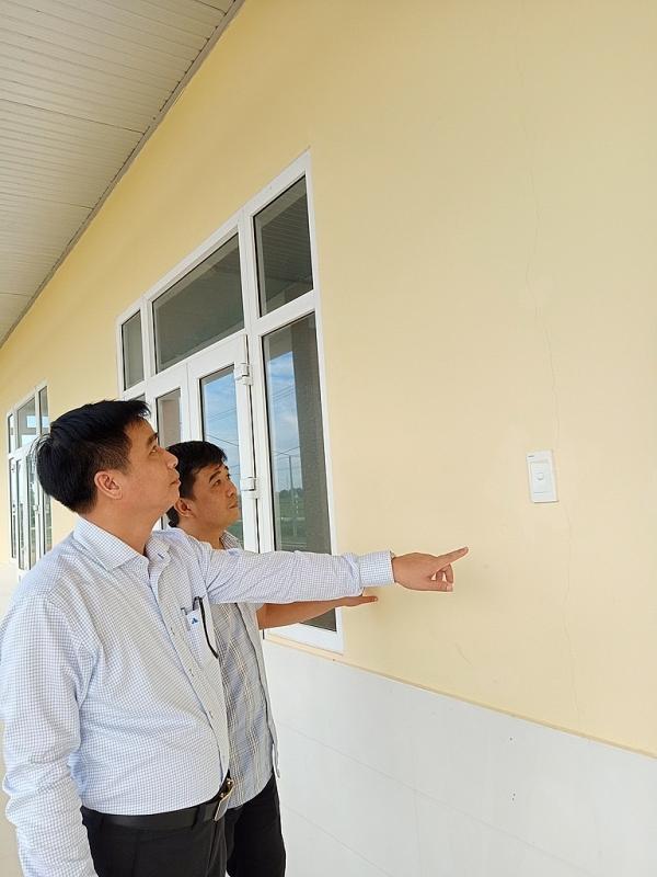 Đoàn công tác Ban Quản lý dự án Đầu tư xây dựng công trình dân dụng và Công nghiệp tỉnh Quảng Trị đang kiểm tra sự cố nứt tường công trình Trường mầm non xã Hải Lệ.