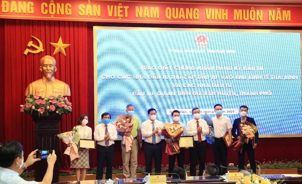 Thái Bình: Trao giấy chứng nhận cho 5 nhà đầu tư lớn