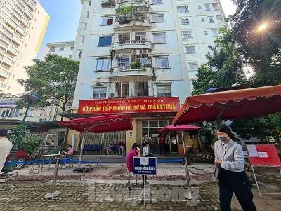 Hình ảnh dân Hà Nội đổ xô làm thủ tục nhà đất ngày đầu nới giãn cách