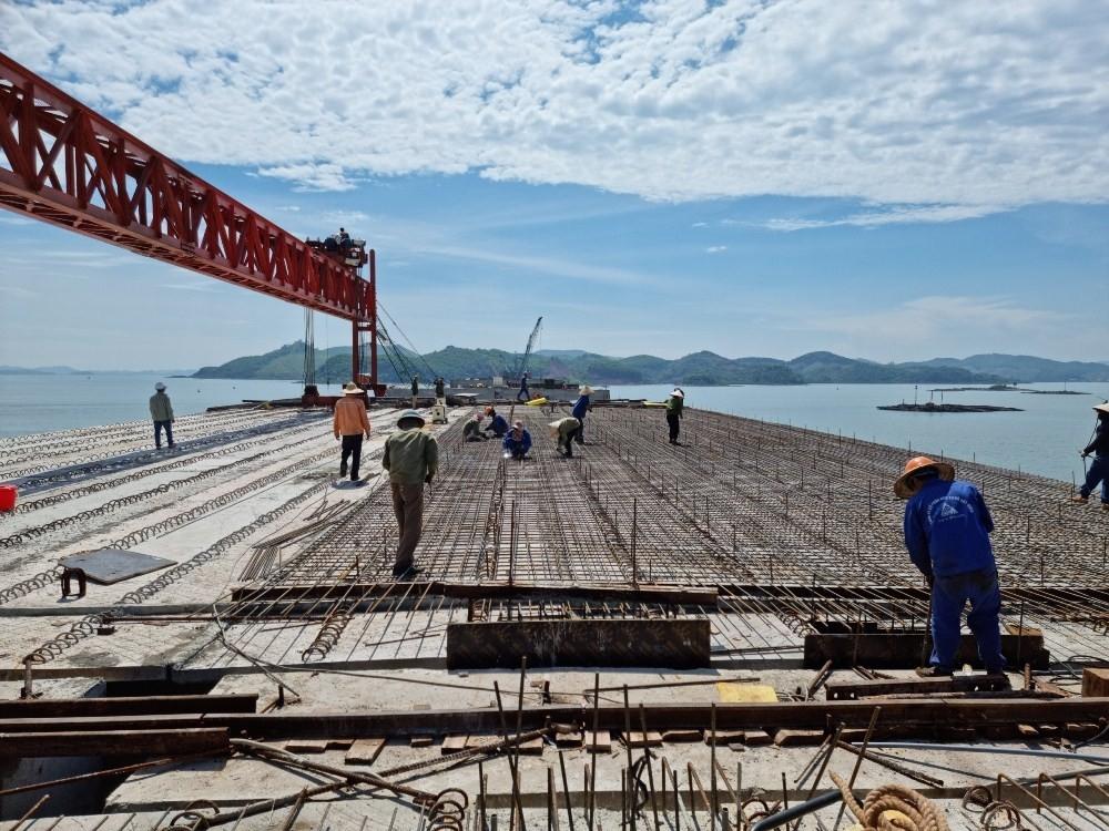 Quảng Ninh: Cao tốc Vân Đồn - Tiên Yên, đường về đích như cá vượt cạn