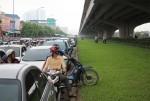 Hà Nội: Giao thông tê liệt, người đi đường
