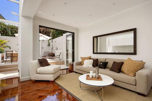 183036baoxaydung image005 Thiết kế nhà phòng khách hiện đại với gương trang trí