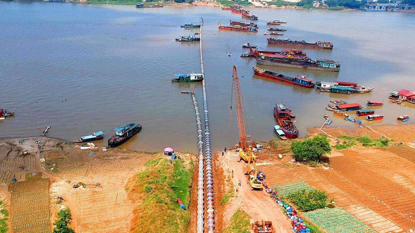 Nhà máy nước mặt sông Đuống tiếp tục hạ thủy thành công đường ống qua sông Hồng