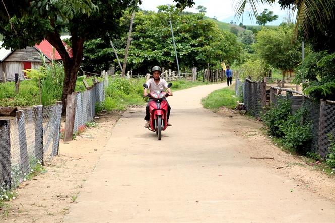 Kết nghĩa với làng đồng bào để xây dựng nông thôn mới
