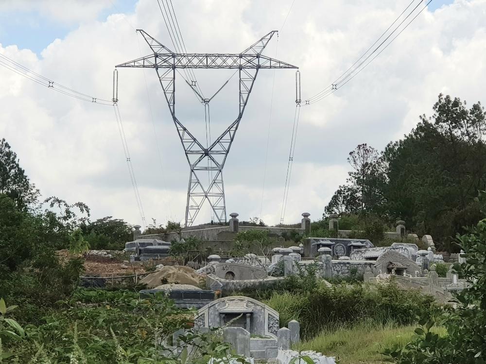 """Thừa Thiên – Huế: """"Biến"""" hành lang an toàn lưới điện 500kV thành nghĩa trang"""