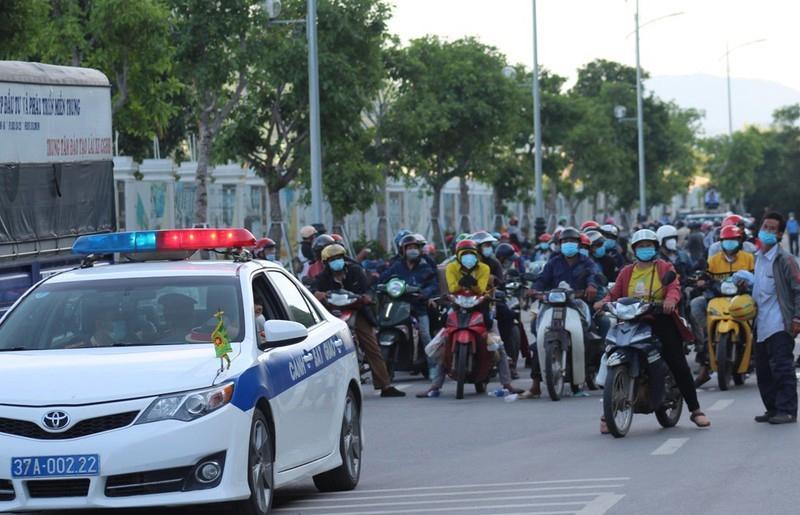 Nghệ An: Hỗ trợ và cách ly gần 1.000 công dân từ các tỉnh phía Nam chạy xe máy về quê tránh dịch