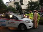 Người dân bất bình vì tài xế taxi cố thủ, 'đẩy' CSGT 100m