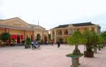 Người dân tặng cây cảnh để làm đẹp trụ sở xã