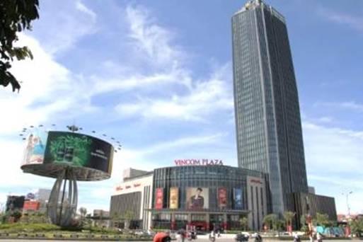 Trung tâm thương mại Vincom Plaza Hà Tĩnh nằm ngay dưới chân khách sạn Vinpearl Hà Tĩnh Hotel.