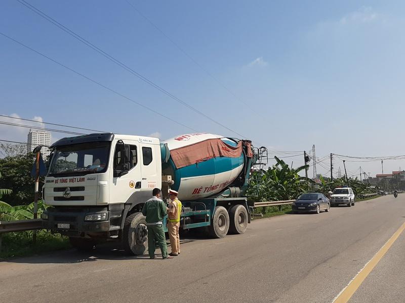 Phú Thọ: Cảnh sát giao thông tăng cường kiểm tra, xử lý các phương tiện chở hàng hóa, vật liệu xây dựng