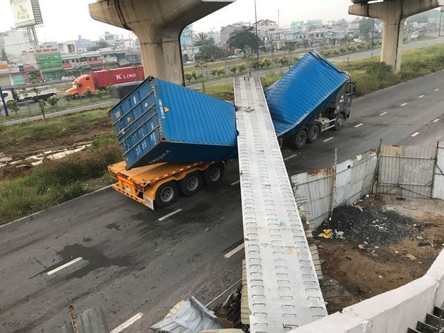 """""""Dầm cầu cao 4,75m bị container cao 4,2m kéo sập"""": Tĩnh không cầu thấp hơn thiết kế"""