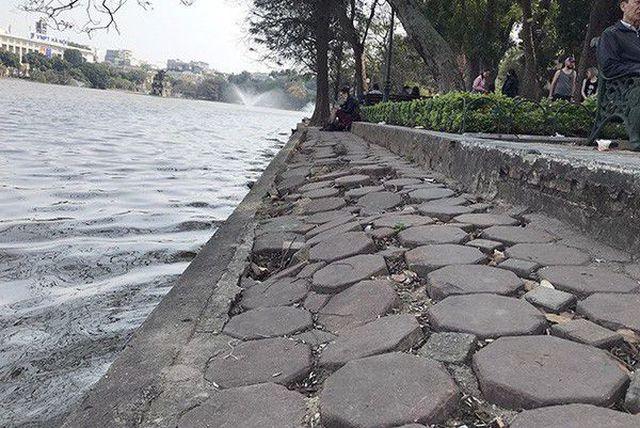 Hà Nội kè quanh hồ Hoàn Kiếm bằng những khối bê tông nặng 2 tấn