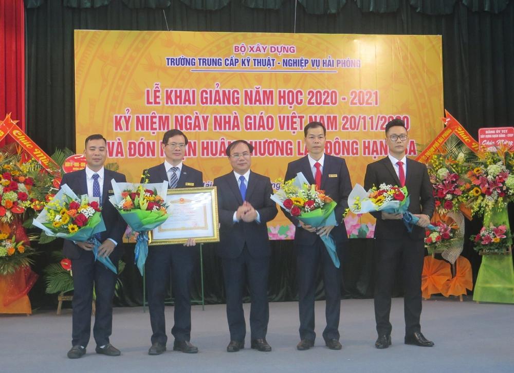Thứ trưởng Bộ Xây dựng Nguyễn Văn Sinh dự Lễ khai giảng tại trường Trung cấp Kỹ thuật - Nghiệp vụ Hải Phòng