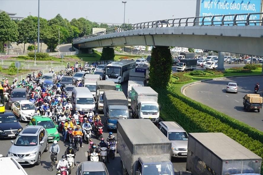 """Giao thông hỗn loạn, tê liệt vì thiếu đồng bộ tại Hà Nội, TPHCM: Vẫn giải quyết kiểu """"giật gấu vá vai"""""""