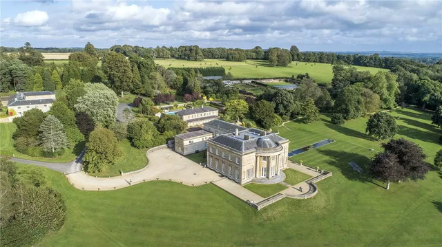 Giới siêu giàu đang chi đậm mua biệt thự cổ ở quê để sống như quý tộc