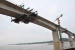 Hợp long cầu Vĩnh Thịnh bắc qua sông Hồng