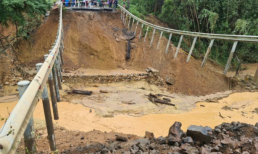 Quốc lộ 26 sụt lún, đường Đắk Lắk - Khánh Hoà tê liệt