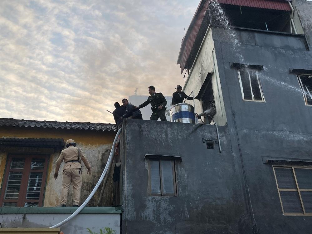 Hồng Bàng (Hải Phòng): Lực lượng chức năng cứu kịp thời cụ bà khỏi đám cháy