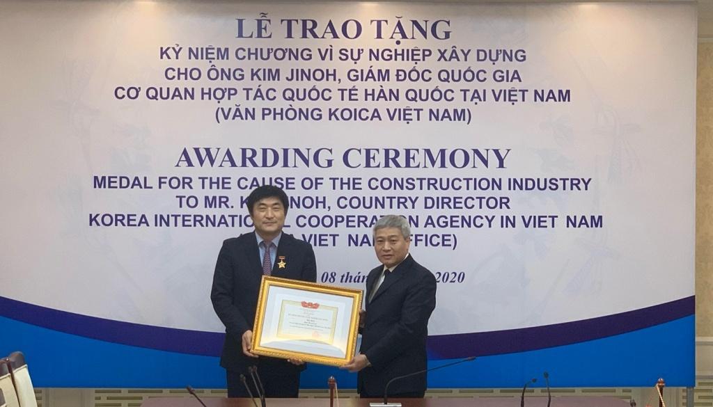 Thứ trưởng Bùi Phạm Khánh trao Kỷ niệm chương Vì sự nghiệp Xây dựng cho Giám đốc Koica tại Việt Nam