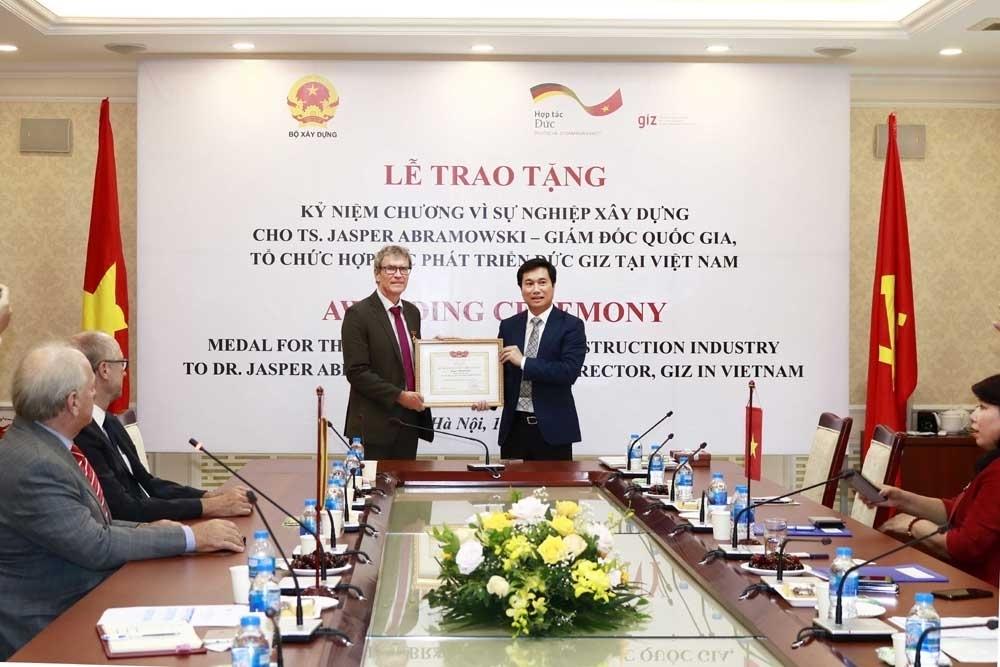 Tặng Kỷ niệm chương Vì sự nghiệp xây dựng cho Giám đốc Quốc gia Tổ chức hợp tác phát triển Đức tại Việt Nam