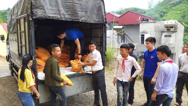 Báo Xây dựng tặng gạo hỗ trợ các hộ nghèo và trường PTDT bán trú THCS tại xã Minh An, tỉnh Yên Bái
