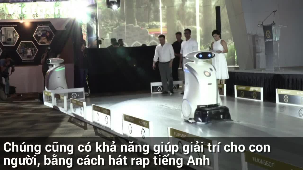 Cận cảnh robot dọn vệ sinh biết hát rap ở Singapore
