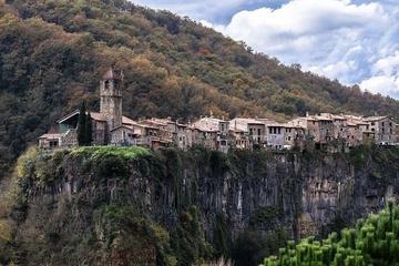 Ngôi làng cổ cheo leo trên vách đá