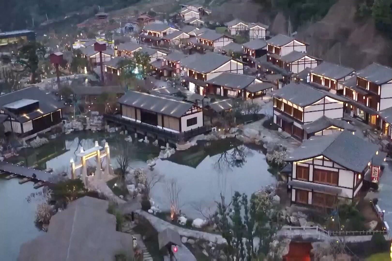 Khu làng quê bừng sáng ánh đèn đón Tết ở Trung Quốc
