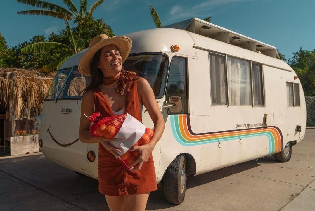 Cô gái đi du lịch bằng nhà di động tiện nghi