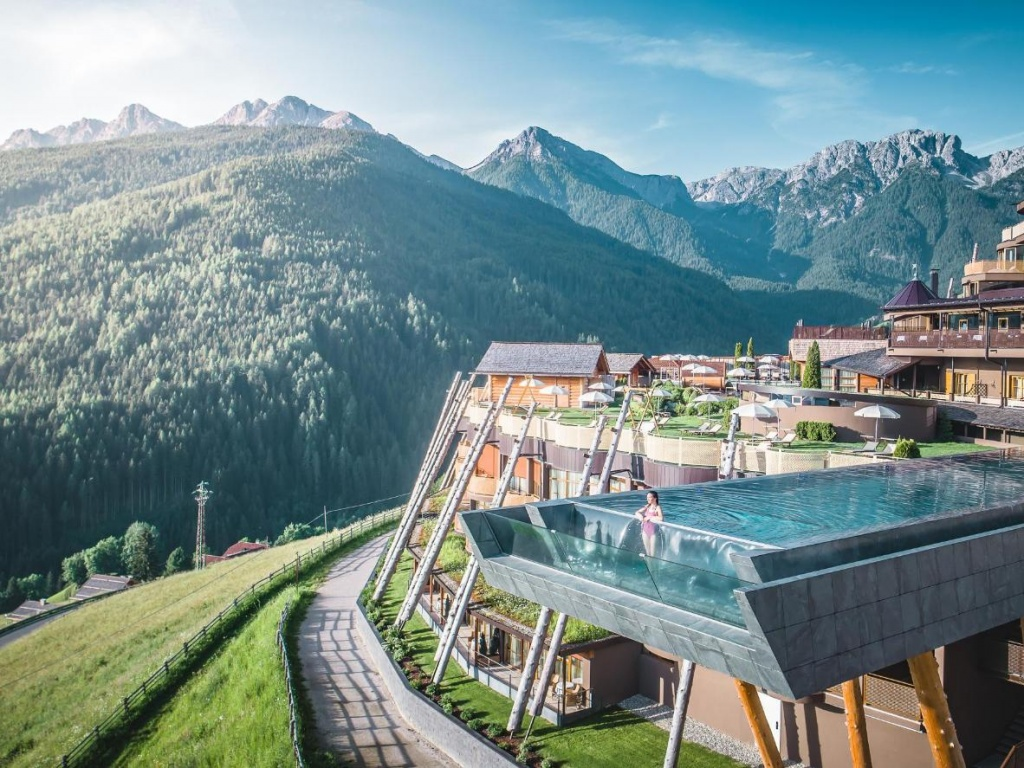 Bể bơi vô cực thách thức không gian ở Italy