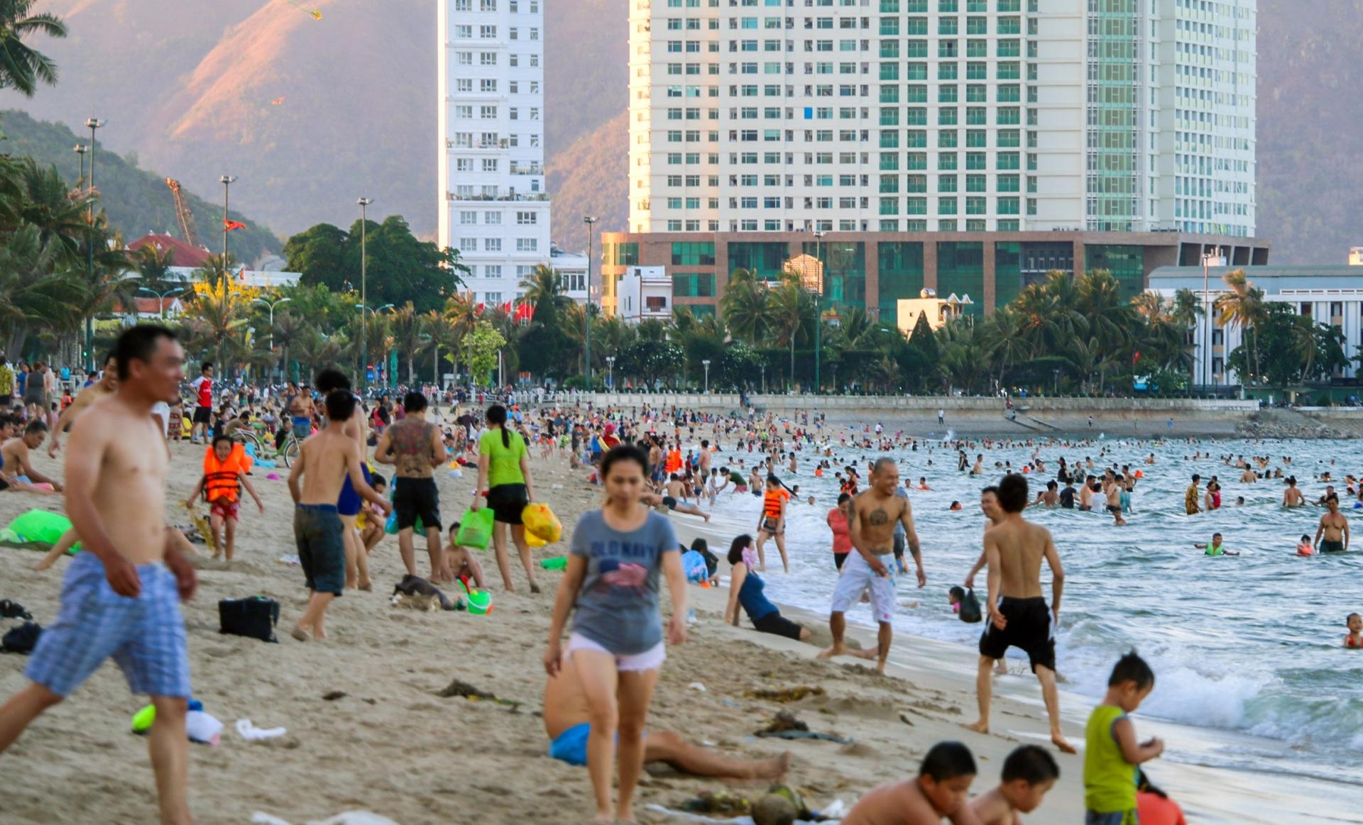 Người dân Nha Trang thích thú khi được tắm biển trở lại