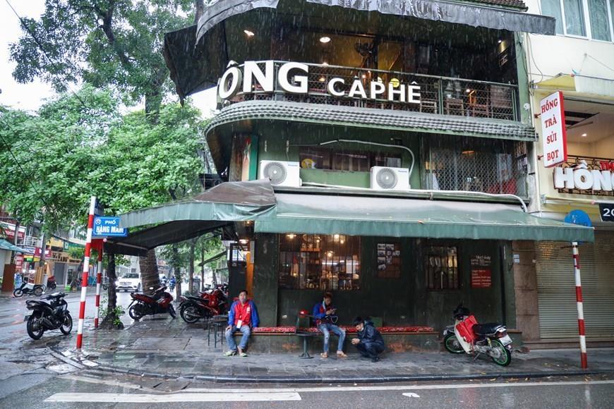 Hà Nội cấm cửa hàng không thiết yếu mở trước 9 giờ đến hết năm