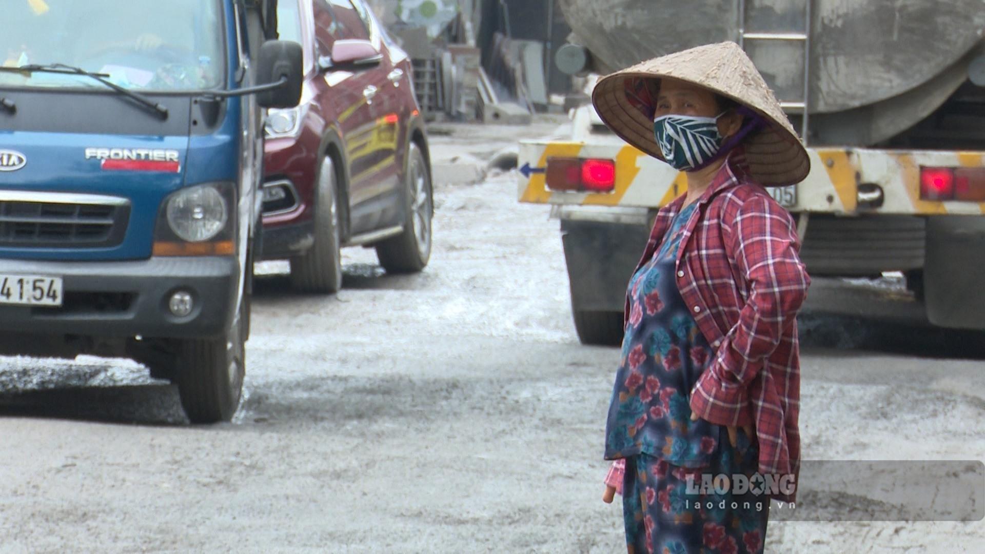 """Muôn kiểu vượt ổ trâu, ổ gà của xe tải trên 650m đường """"tử thần"""" tại Hà Nội"""