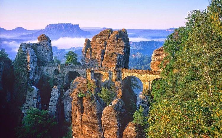 Cây cầu nối liền các núi đá, thường xuất hiện trong phim Hollywood
