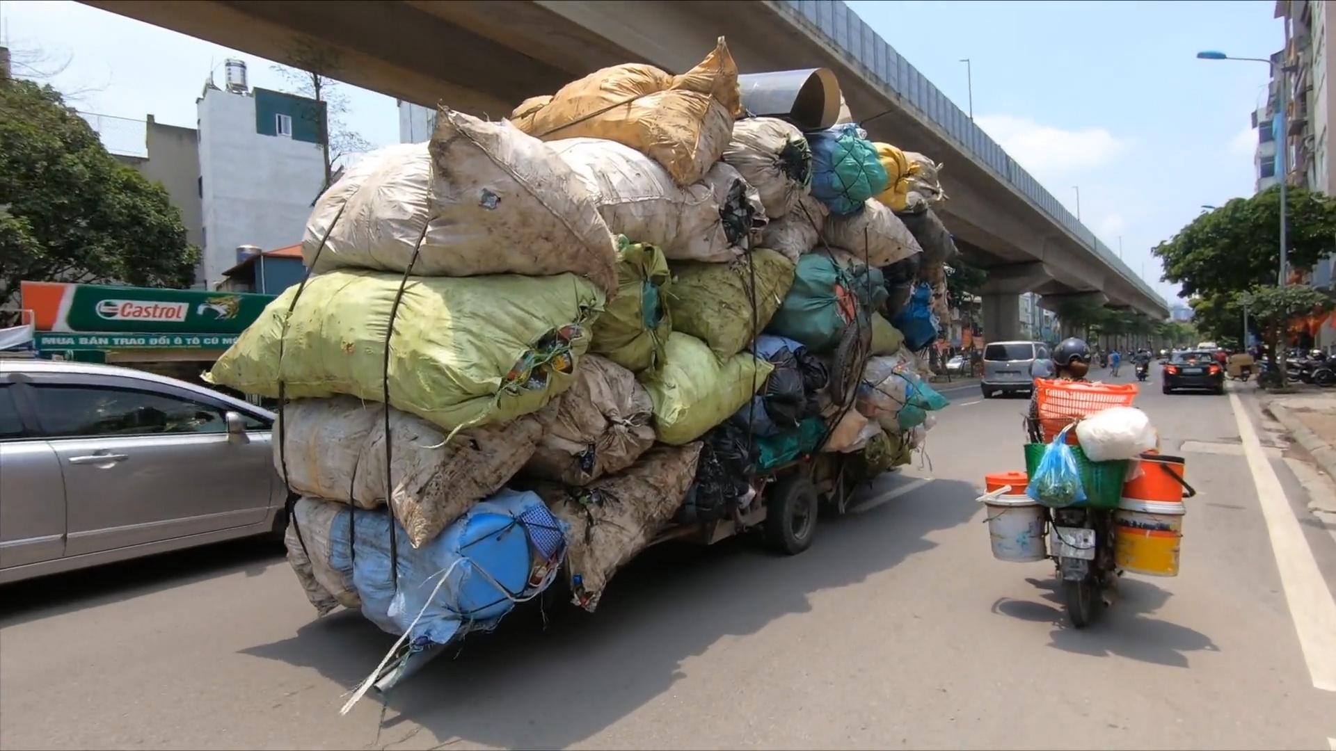 Xe máy kéo hàng như ôtô tải ở Hà Nội