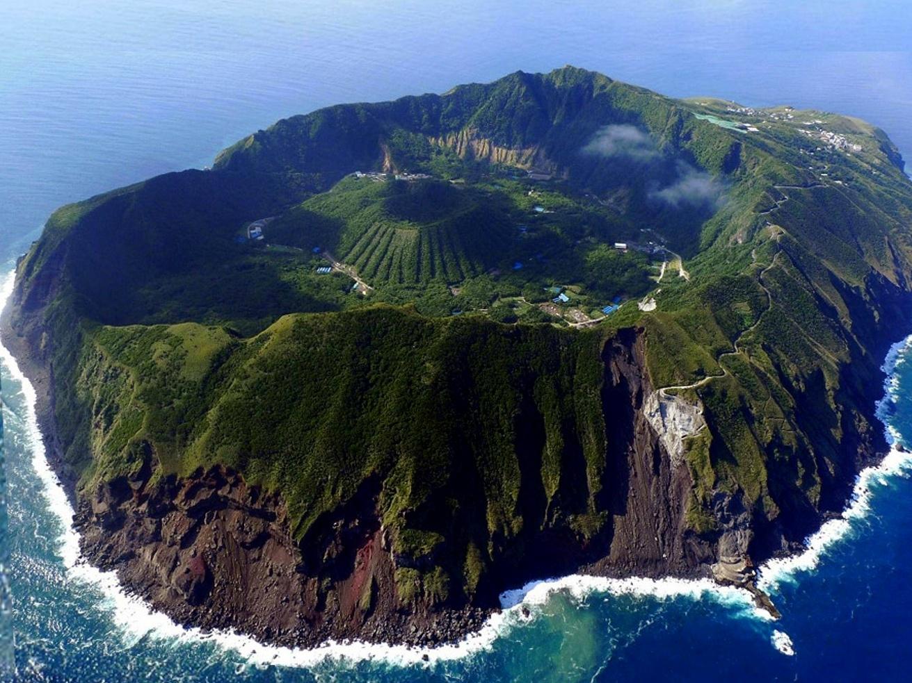 Ngôi làng nằm trên miệng núi lửa đang hoạt động