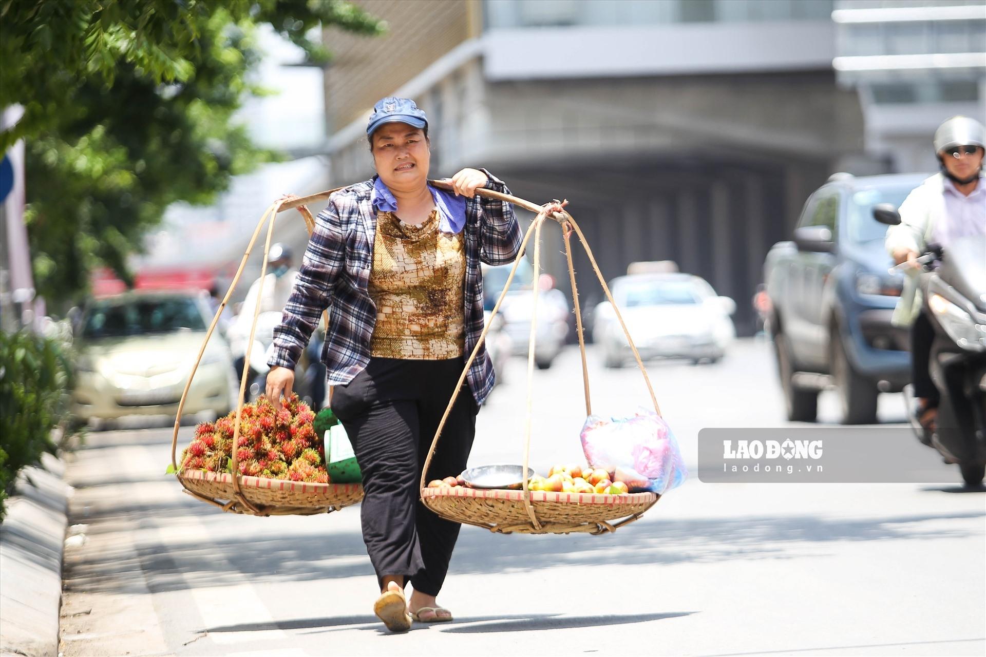 """Đường phố Hà Nội như """"bốc hơi"""", người lao động vẫn chật vật mưu sinh"""