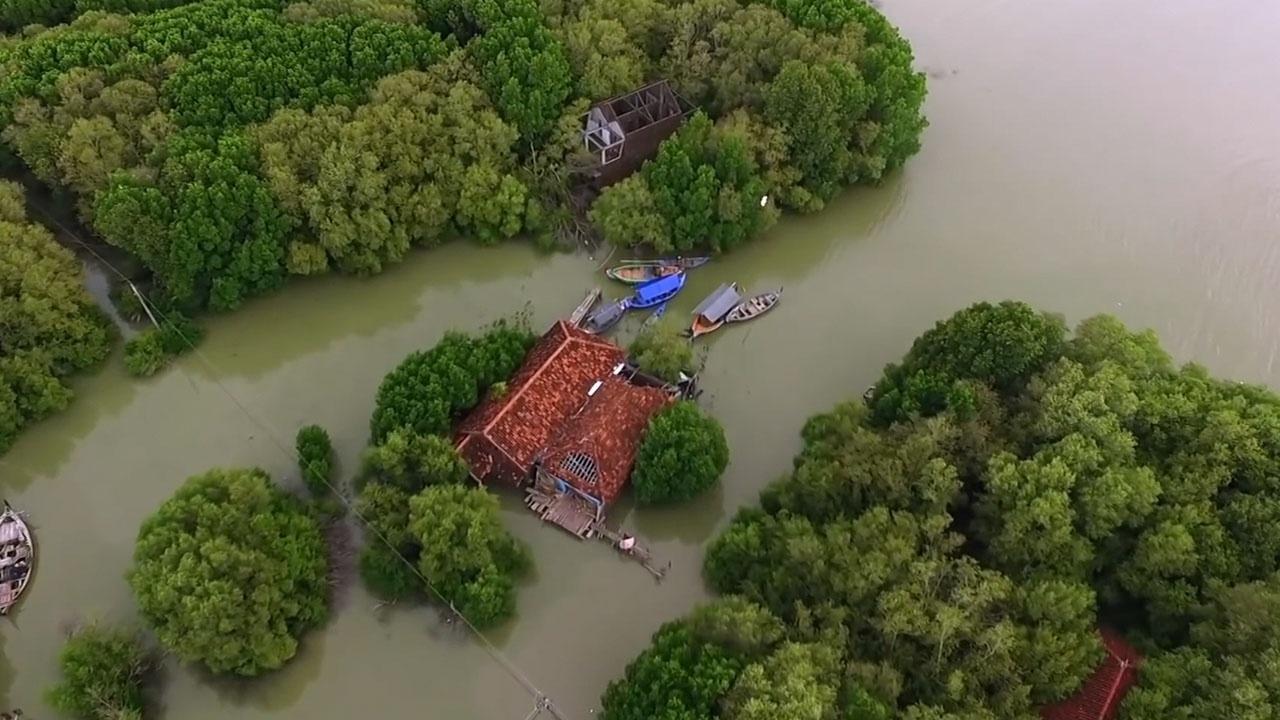 Gia đình duy nhất sống giữa ngôi làng đang chìm dần xuống biển