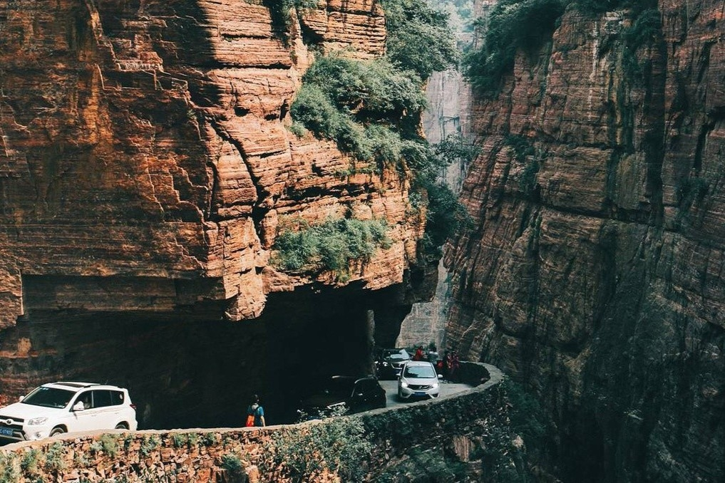 Con đường khoét núi dài 1.250 m, hiểm trở bậc nhất thế giới